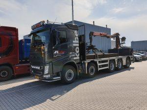 Vrachtauto volgeladen met rijplaten